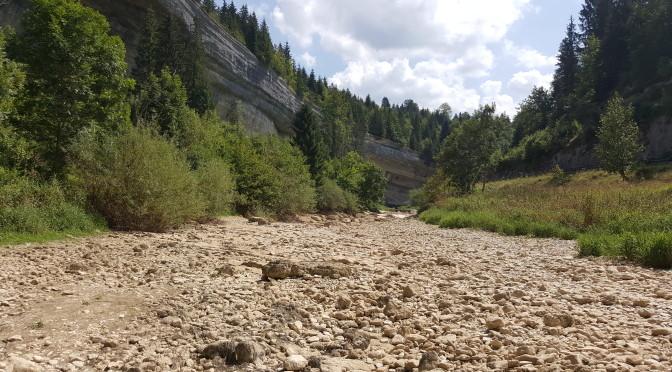 Le cours du Doubs asséché entre Arçon et Remonot